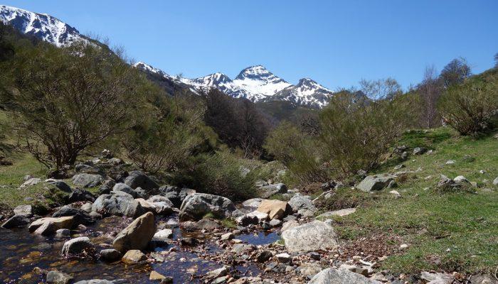 ruta de senderismo en parque natural de redes